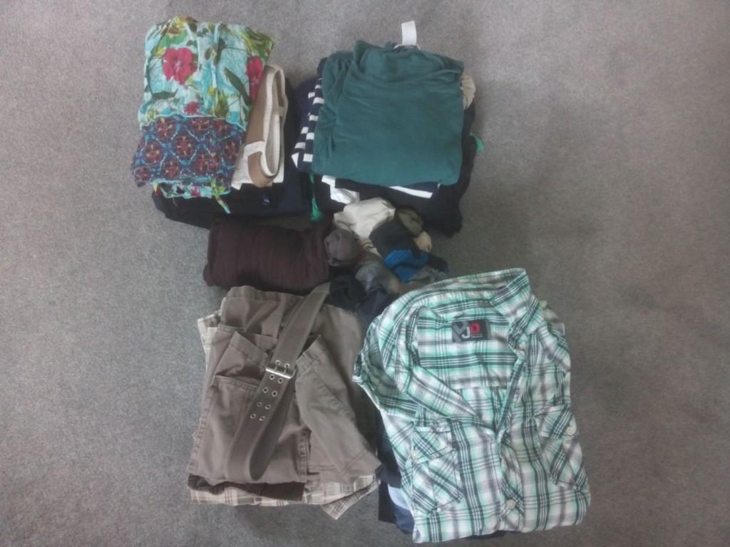 Viel Kleidung ist nicht dabei: je 7 T-Shirts, 2 kurze, 2 lange Hosen, Badesachen und Rock wie Kleid für mich - mehr kommt an Kleidung für uns nicht mit.